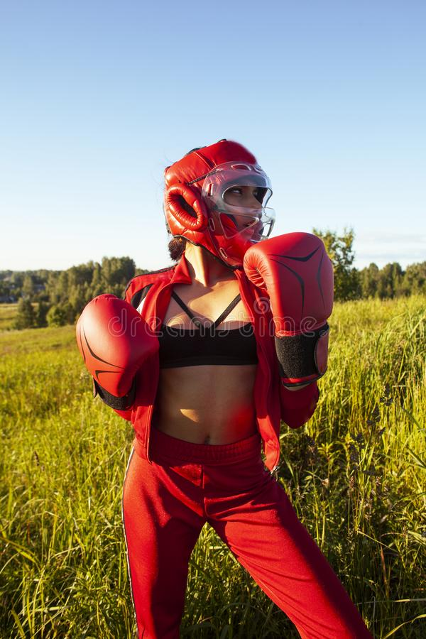 Коробка тренировки девушки милого swag индийская снаружи в зеленом поле концепция людей образа жизни sporty стоковые фото