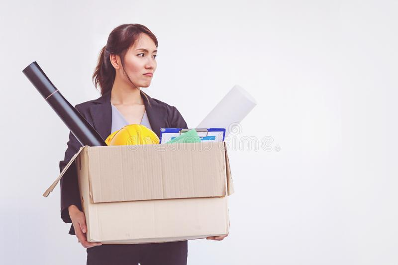 Коробка удерживания коммерсантки покидая офис после прекращать работу стоковые фото