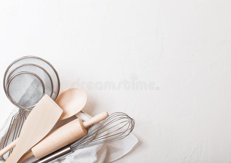 Коробка утварей выпечки Юркните, сетка и шпатель в винтажной деревянной коробке Взгляд сверху Космос для текста стоковая фотография