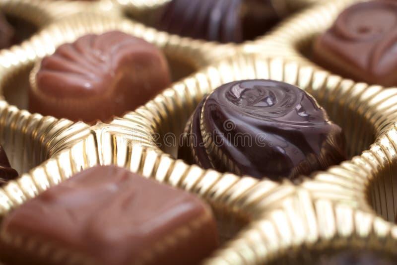 Коробка шоколадов в золотом пакете стоковое фото