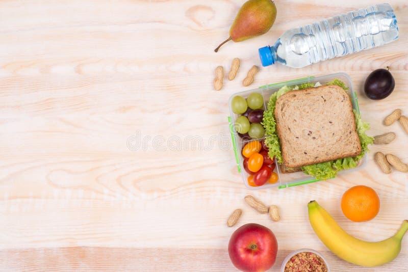 Коробка для завтрака с сандвичем, плодоовощами, овощами, и водой с космосом экземпляра стоковое фото rf