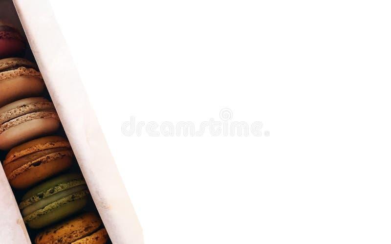 Коробка Macaroons с белым космосом стоковые фото
