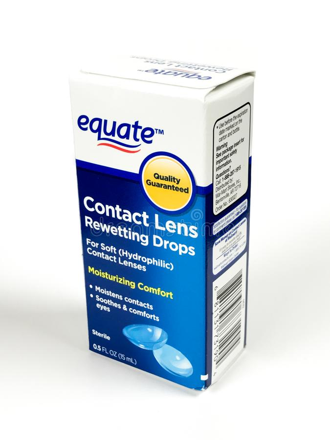 Коробка Rewetting контактных линзов Equate падает на белый фон стоковое фото