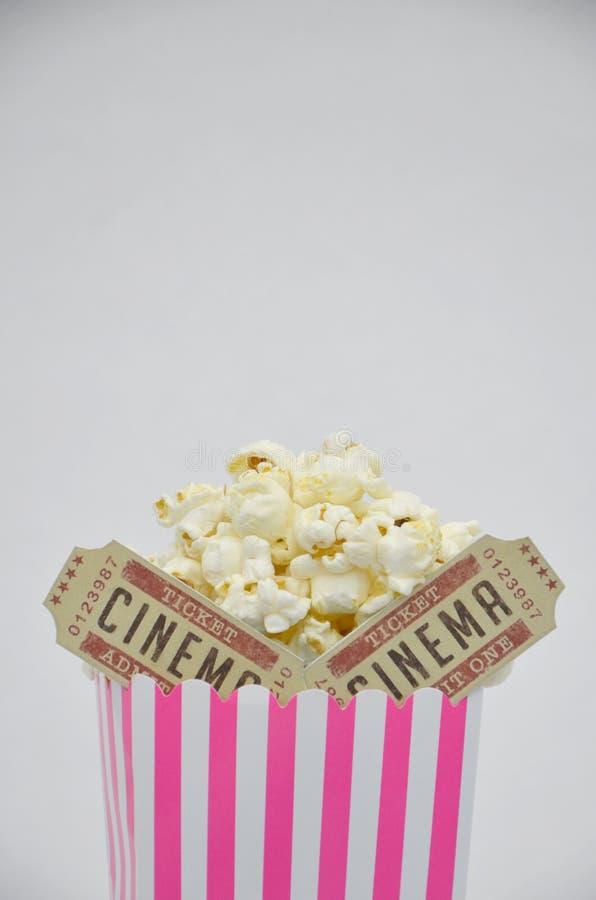 Коробка Striped пинком попкорна с 2 билетами кино внутрь стоковые фотографии rf