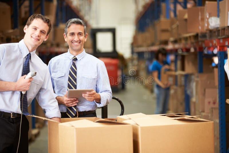 Коробки бизнесменов проверяя с таблеткой и блоком развертки цифров стоковые изображения rf
