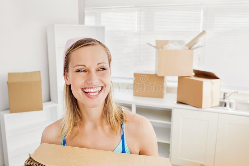 коробки держа излучающую женщину стоковое фото rf