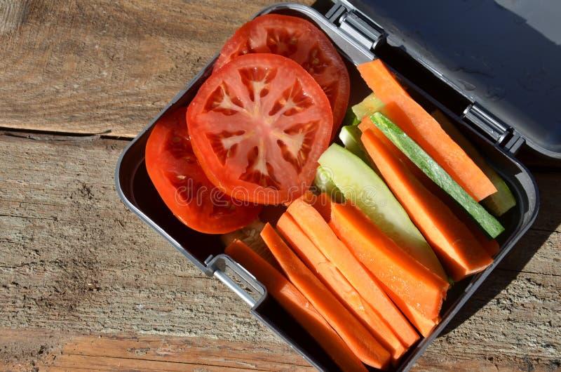 Коробки для завтрака с едой готовой для того чтобы пойти для работы или школы, подготовки еды или dieting концепции Гамбургеры с  стоковое изображение