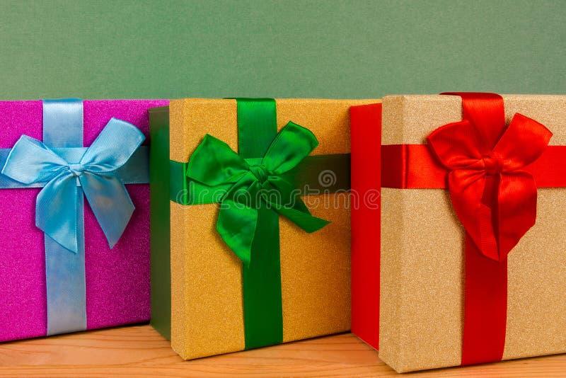 коробки для подарков на рождестве, зеленой предпосылке, празднике, подарках рождества стоковая фотография