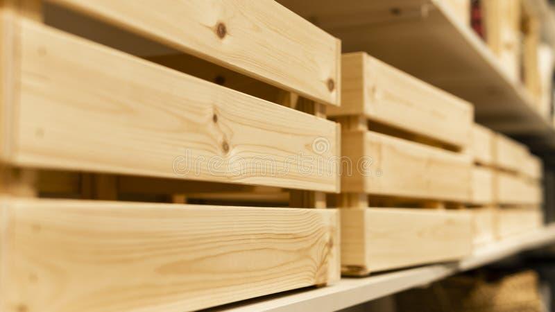 Коробки и ли деревянные паллеты стоковые изображения