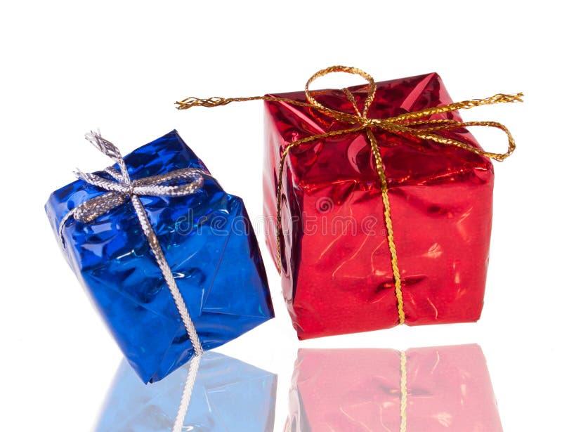 Коробки красных и сини присутствующие стоковые фотографии rf