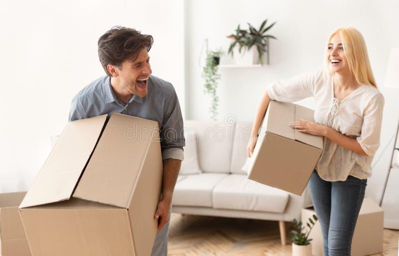 Коробки нося радостных пар двигая к новой квартире стоковая фотография rf
