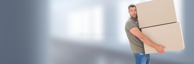 Коробки нося человека перед запачканной предпосылкой стоковые фото