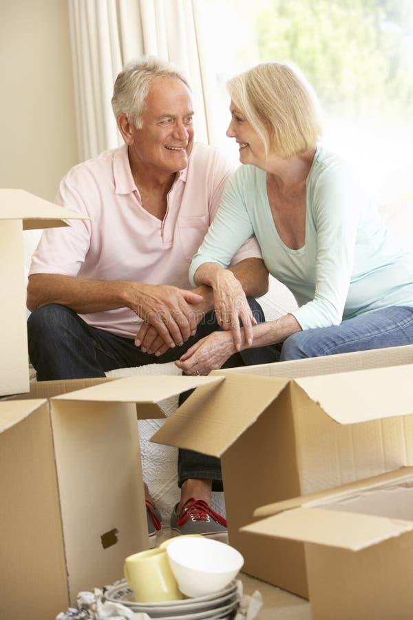 Коробки дома и упаковки старших пар Moving стоковые фото