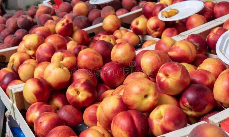 Коробки персиков на рынке стоковые изображения