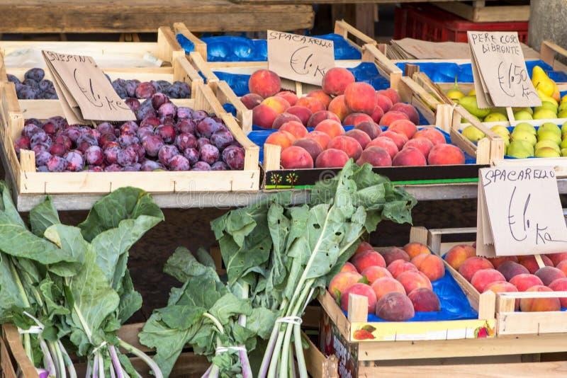 Коробки плодоовощ с сливами и персиками стоковое изображение rf
