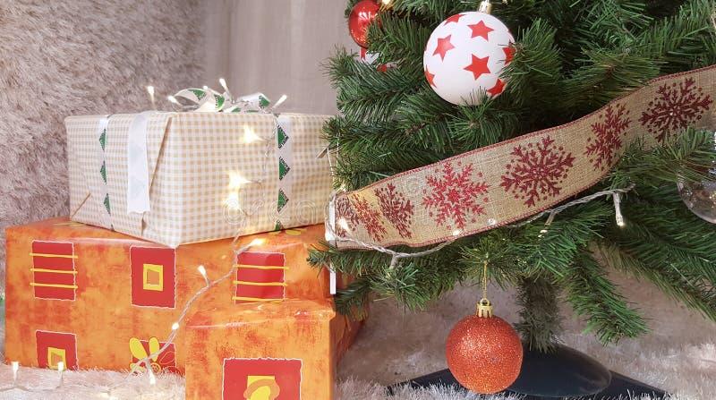 Коробки подарка рождественской елки и Кристмас стоковая фотография rf