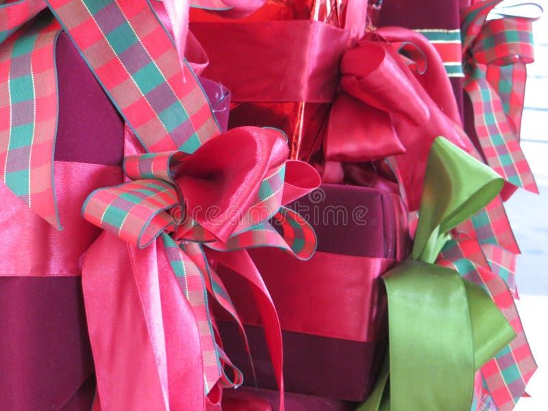Коробки подарков на рождество обернутых с лентами стоковые фотографии rf