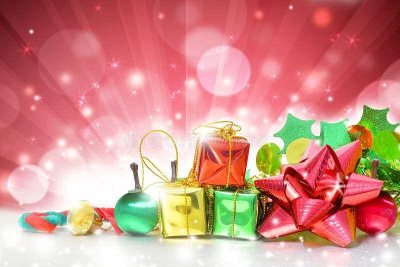 Коробки подарков рождества на красной предпосылке стоковые изображения rf