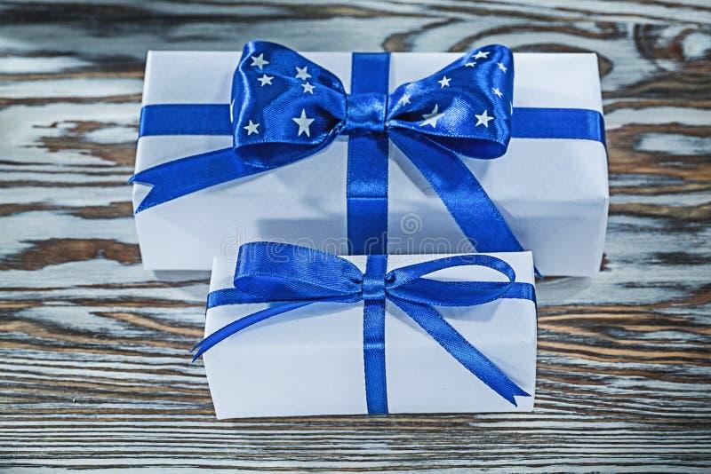 Коробки сини присутствующие с лентами на деревянной доске стоковые фотографии rf