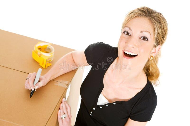 Коробки: Сочинительство женщины на коробке стоковое изображение