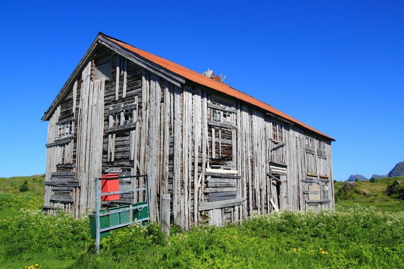 Коробки столба и старый дом Fredvang стоковая фотография