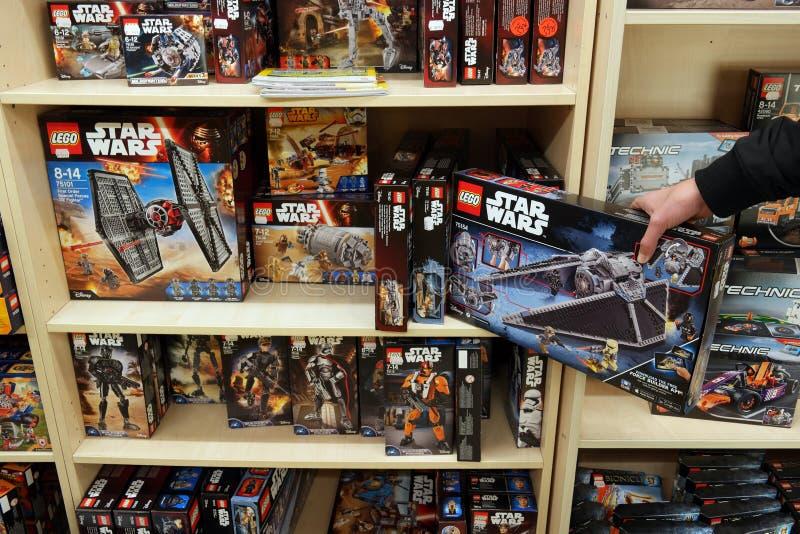 Коробки Lego в Toyshop стоковое фото rf