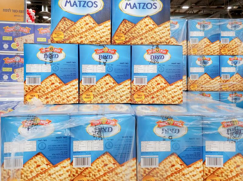 Коробки Matzot кошерные для еврейской пасхи, для продажи на супермаркете стоковая фотография rf