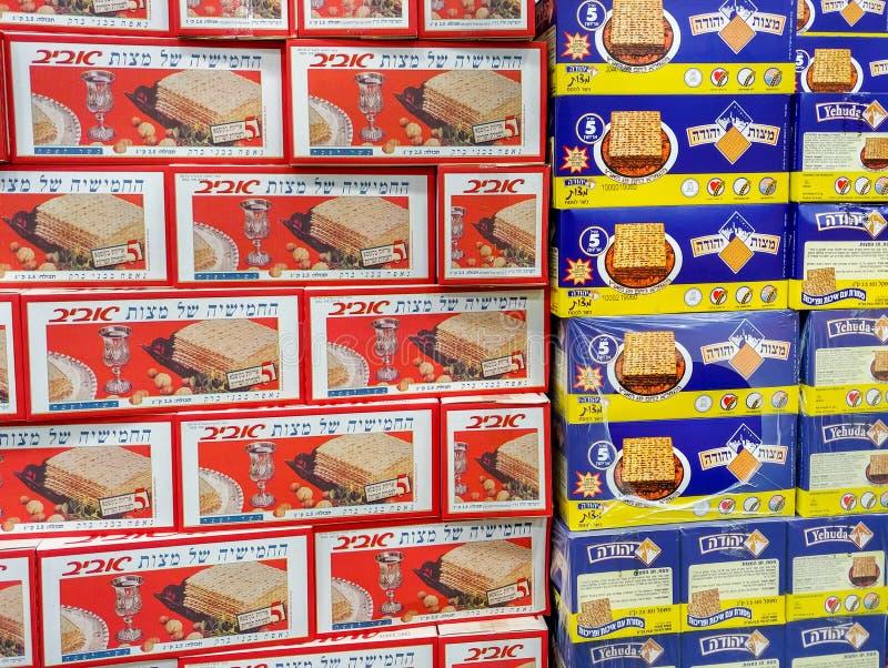 Коробки Matzot кошерные для еврейской пасхи, для продажи на супермаркете стоковое фото rf