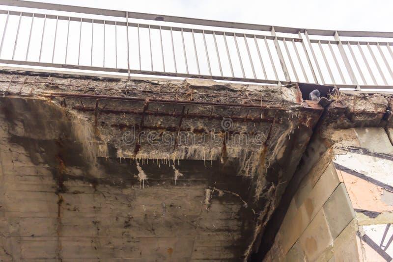 Корозия бетонной конструкции моста должного к высыпанию и химическим реактивам стоковые фото