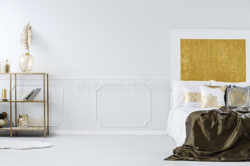 Королевская кровать и полка стоковое фото rf