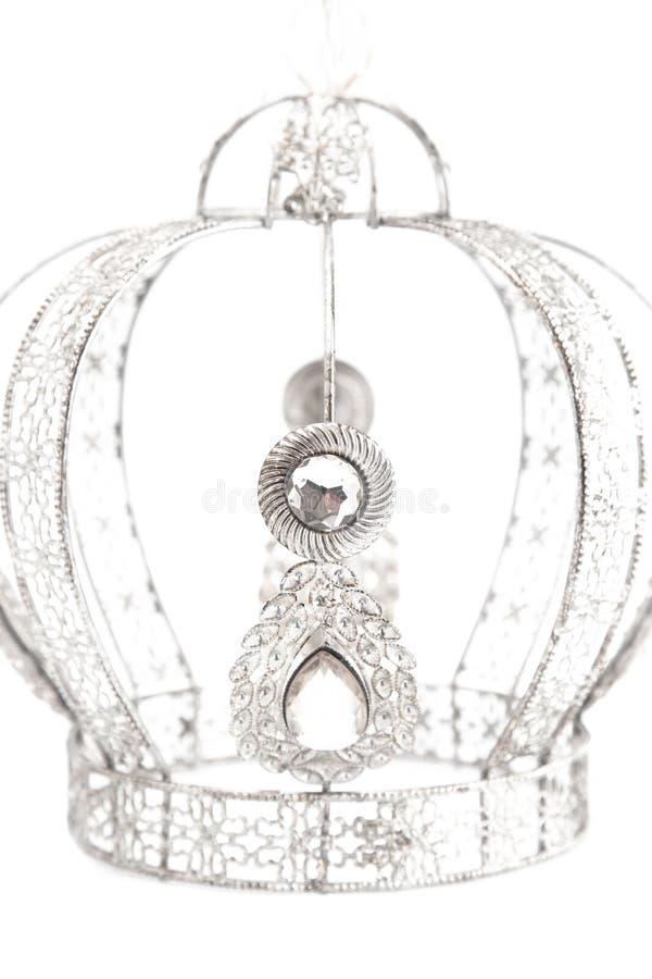 Королевская крона с драгоценностями и сделанная из белого золота или серебра на белой предпосылке стоковое изображение