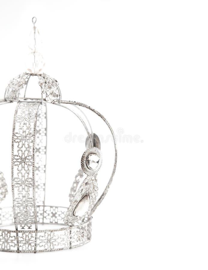 Королевская крона с драгоценностями и сделанная из белого золота или серебра на белой предпосылке стоковое фото rf