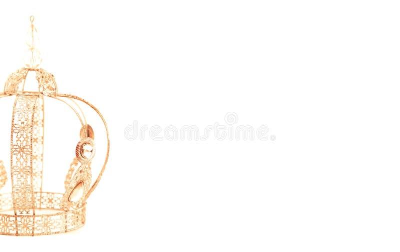 Королевская крона с драгоценностями и сделанная из золота на белой предпосылке стоковое фото rf