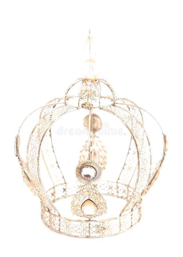 Королевская крона с драгоценностями и сделанная из светлого золота на белой предпосылке стоковые изображения