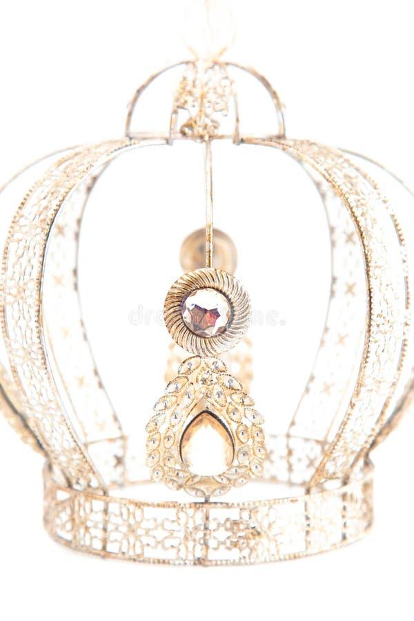 Королевская крона с драгоценностями и сделанная из светлого золота на белой предпосылке стоковое изображение rf