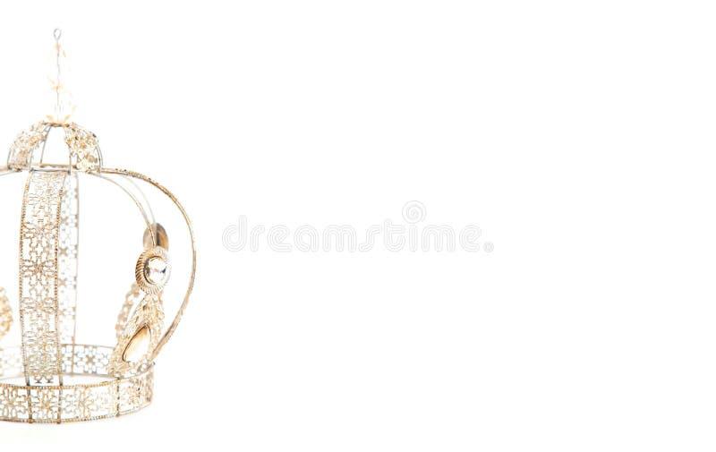 Королевская крона с драгоценностями и сделанная из светлого золота на белой предпосылке стоковые фото