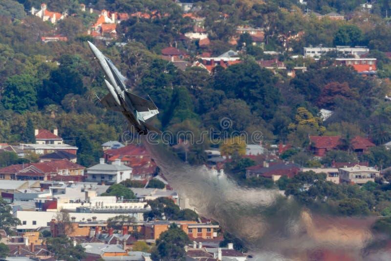 Королевские истребительные авиации A21-55 шершня австралийской военновоздушной силы RAAF McDonnell Douglas F/A-18A выполняя диспл стоковые изображения