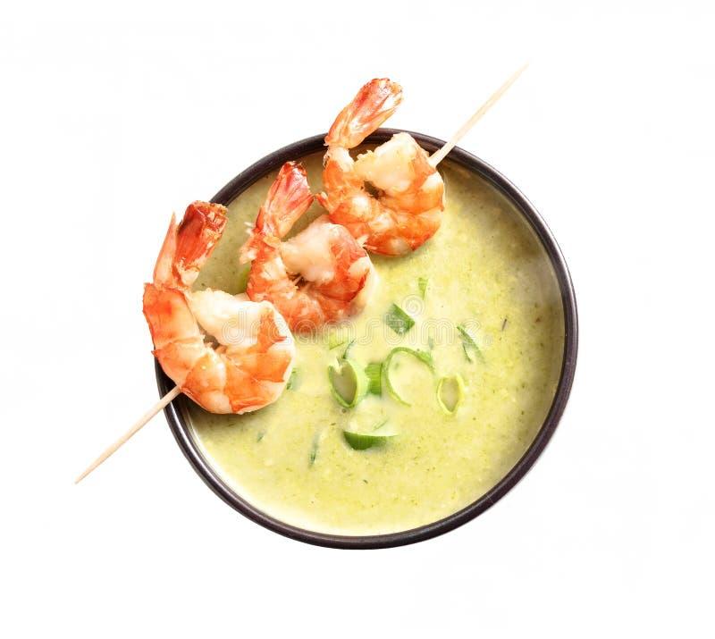 Королевские креветки и зеленый vegetable cream суп изолированные на белом b стоковое изображение