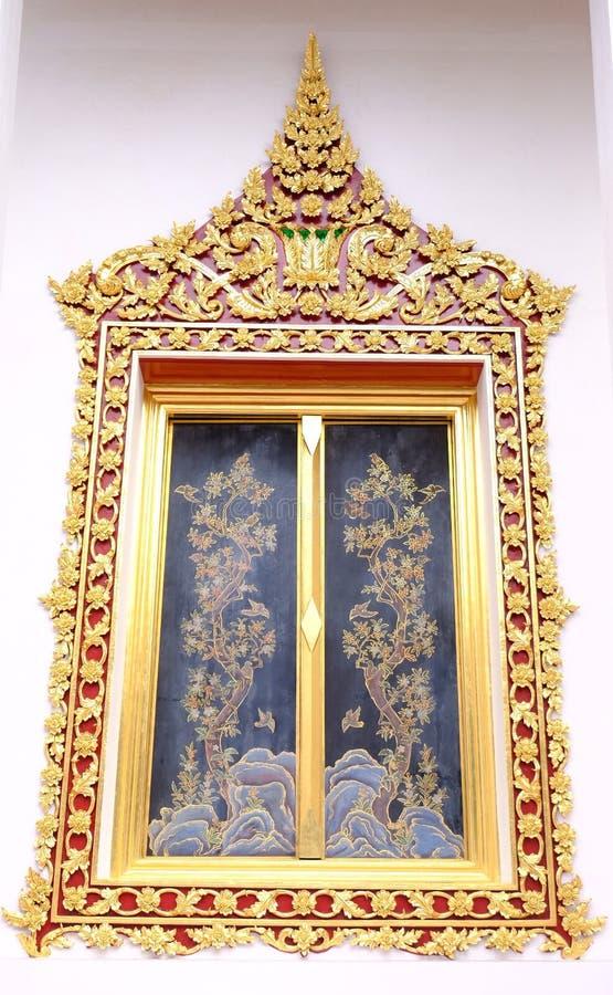 Королевские окна стиля святилища в Nonthaburi стоковая фотография rf