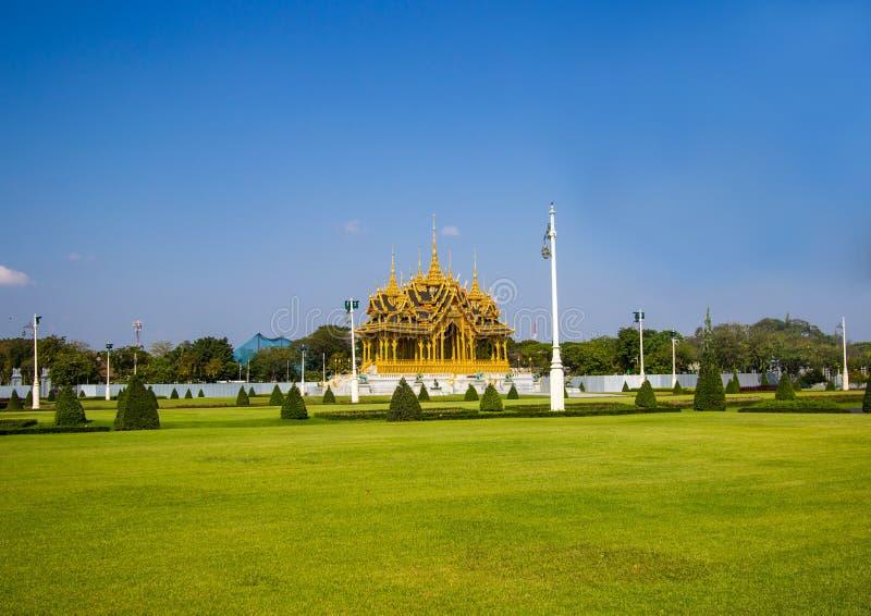 Королевские площадь, дворец Dusit и PA Sanam Suea, Бангкок, Таиланд на 3,2018 -го марта: Мемориальные кроны эгиды или Borommangal стоковые фотографии rf