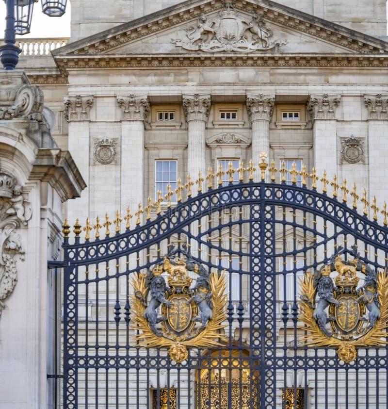 Королевские символы герба на воротах Букингемского дворца стоковые изображения