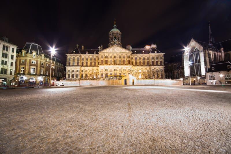 Королевский дворец в Амстердам - фото ночи стоковые изображения rf