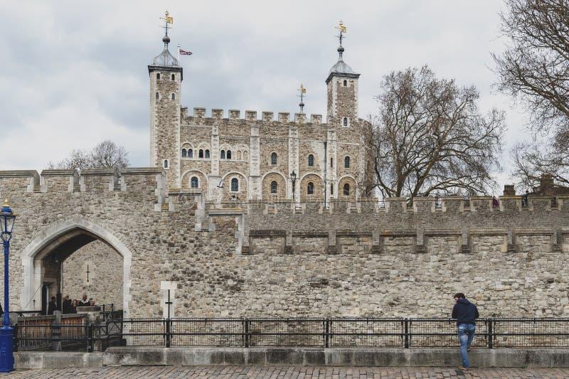 Королевский дворец и крепость башни Лондона исторический замок и популярная туристическая достопримечательность в центральном Лон стоковые фото
