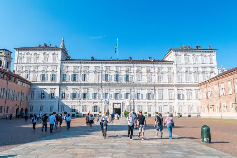 Королевский дворец Турина с итальянцем туристов: Palazzo Reale di Турин стоковые фотографии rf