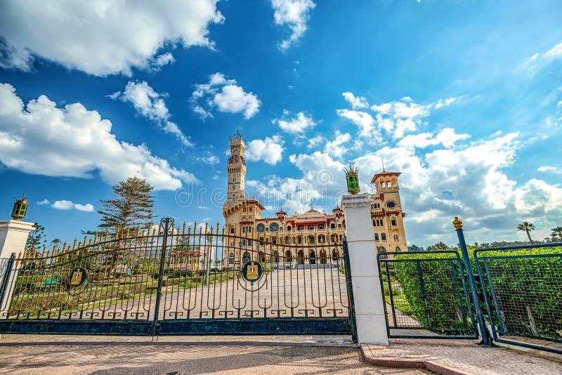 Королевский дворец 1930s в турецких и флорентийских стилях в парке ладони стоковая фотография rf