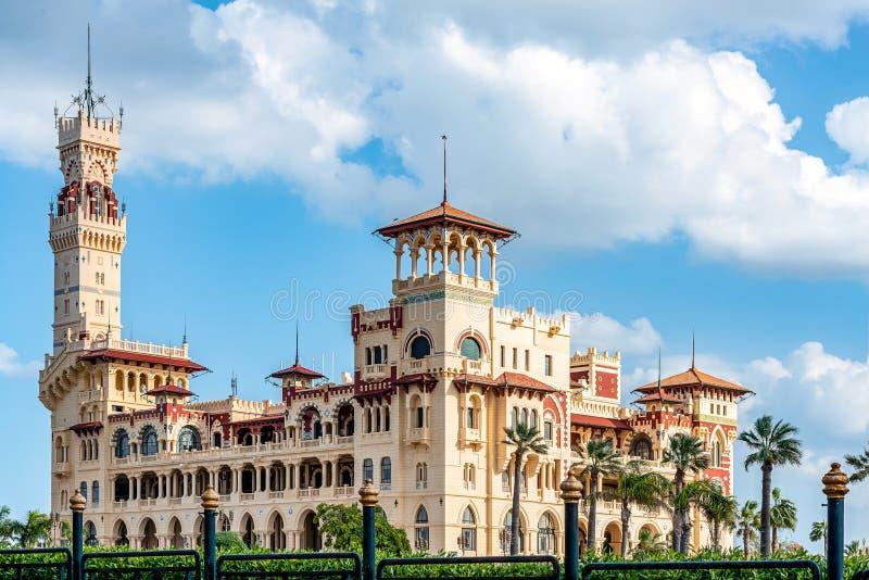 Королевский дворец 1930s в турецких и флорентийских стилях в парке ладони стоковое фото rf