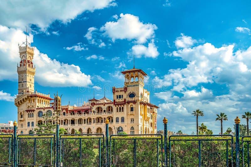 Королевский дворец 1930s в турецких и флорентийских стилях в парке ладони стоковое изображение rf
