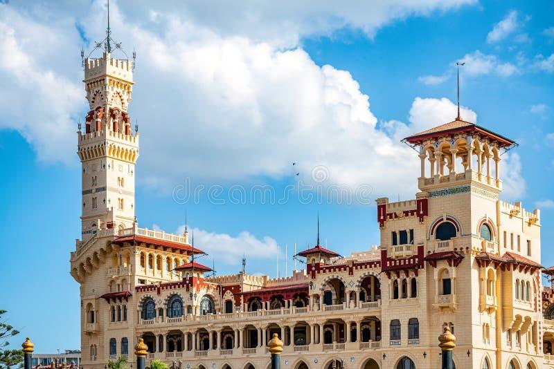 Королевский дворец 1930s в турецких и флорентийских стилях в парке ладони стоковое изображение