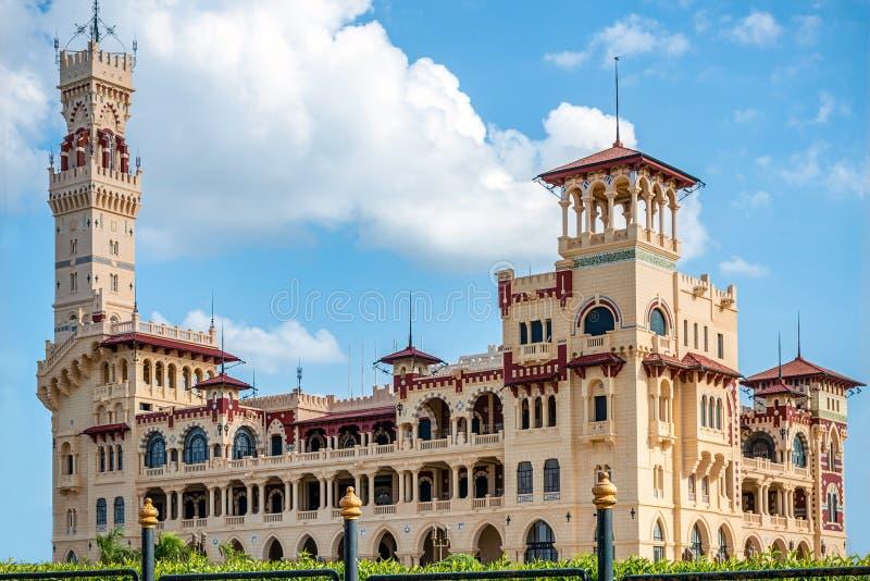 Королевский дворец 1930s в турецких и флорентийских стилях в парке ладони стоковые изображения