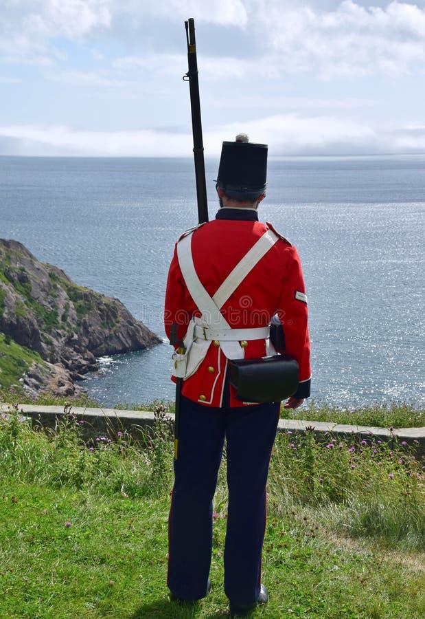 Королевский солдат полка Ньюфаундленда обозревая океан стоковая фотография rf